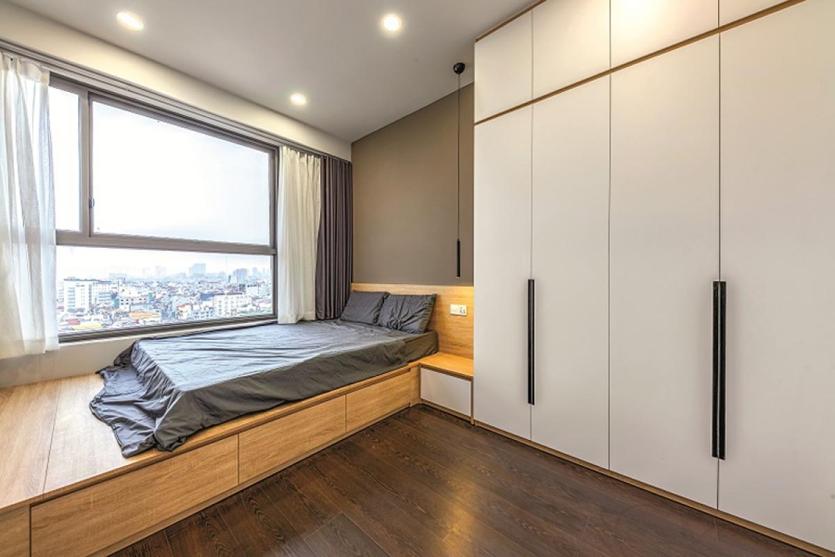 Phòng ngủ nhỏ nhất có thiết kế hơi khác biệt với một hệ thống kệ làm giường, dưới là những ngăn kéo đựng đồ. Tủ quần áo được thiết kế cao sát trần để tận dụng không gian.