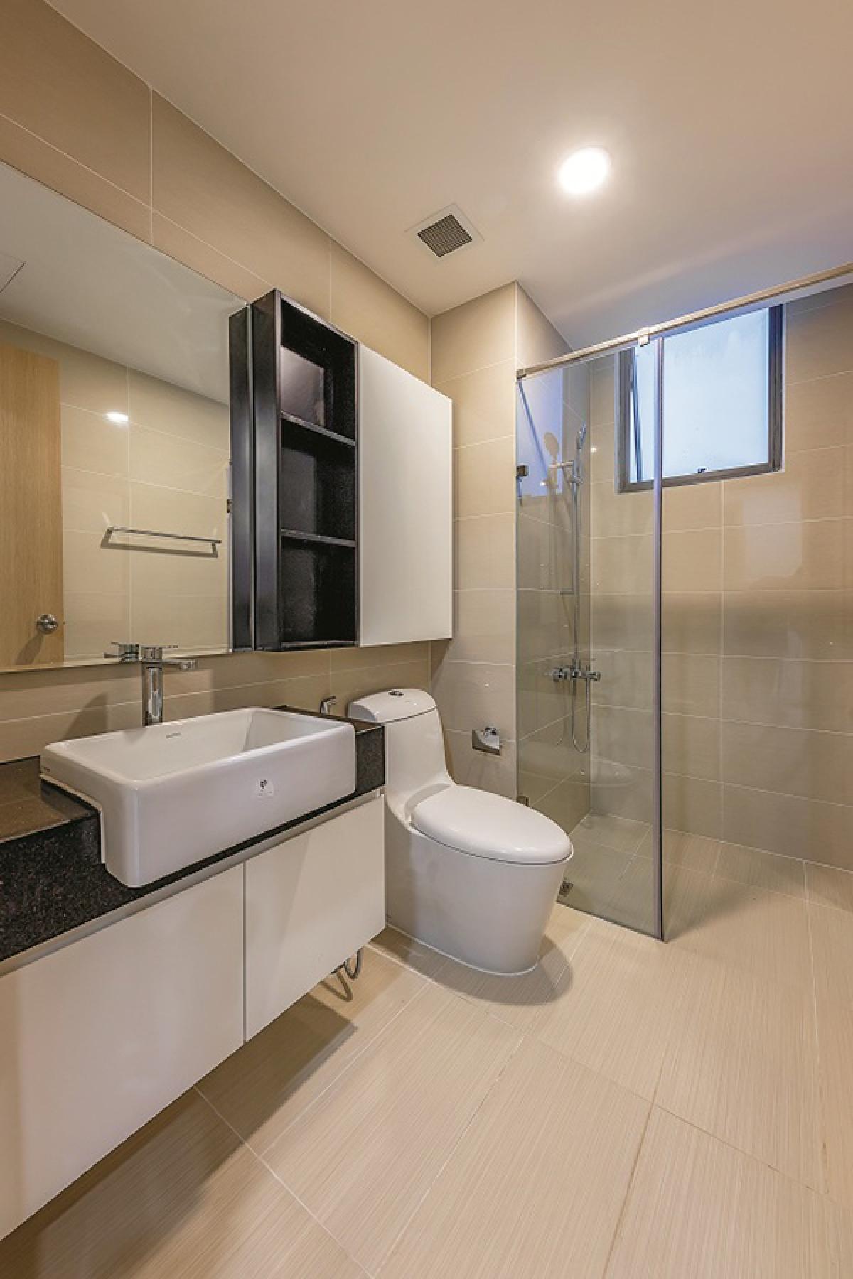 Phòng vệ sinh cũng với màu đen trắng nổi bật trên nền gạch ốp lát màu be nhạt. Các tủ kệ được thiết kế hợp lý phục vụ cho việc đựng các đồ vật cần thiết trong không gian này./.