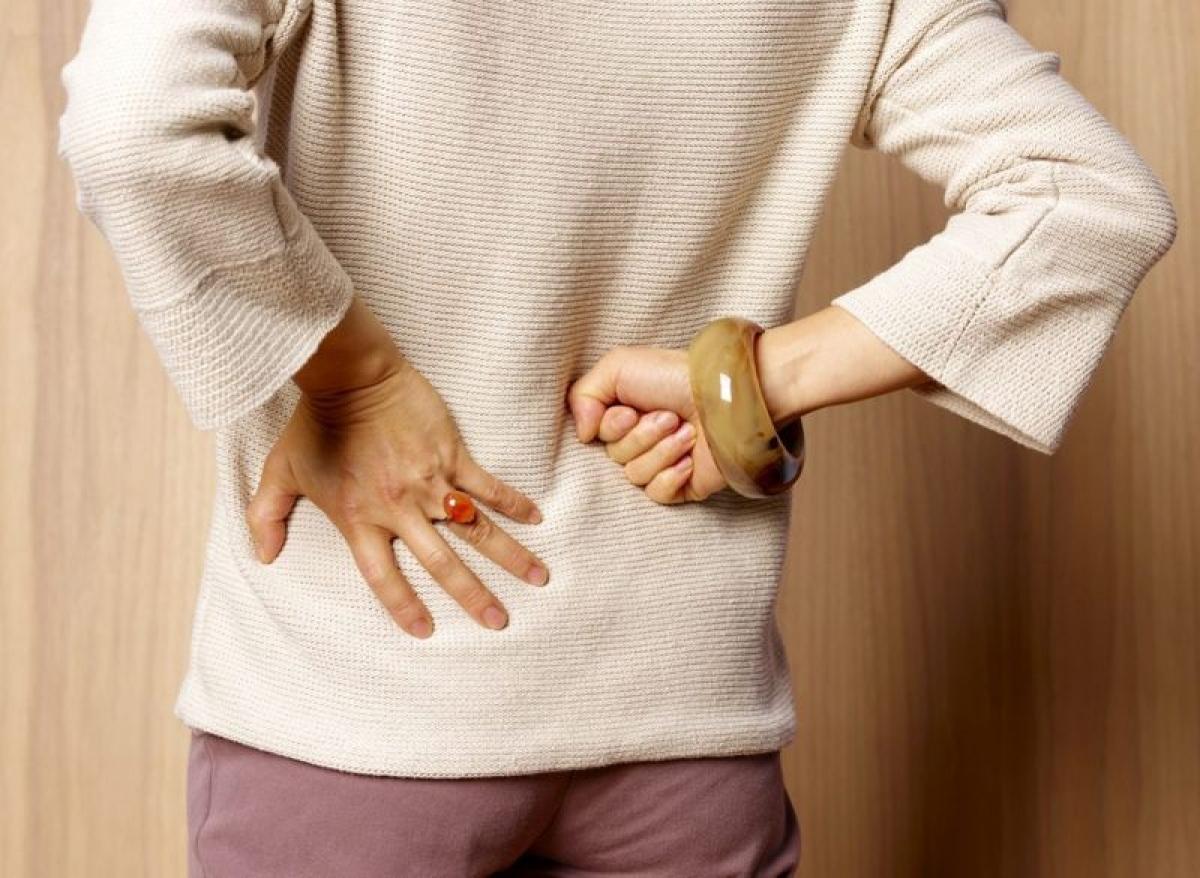 Đau thần kinh tọa: Thoát vị đĩa đệm ở vùng thắt lưng có thể đè lên dây thần kinh tọa, gây cơn đau thần kinh tọa. Cảm giác đau sẽ lan từ mông đến chân rồi đến bàn chân. Triệu chứng này thường đi kèm với cơn đau thắt lưng.