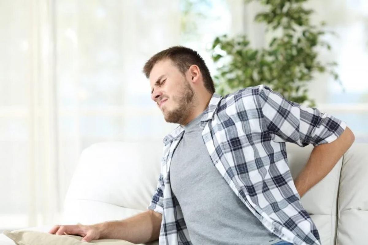 Đau thắt lưng: Triệu chứng phổ biến nhất của thoát vị đĩa đệm là cảm giác đau đớn ở vị trí đĩa trật. Khi đĩa đệm bị trượt ra khỏi vị trí ban đầu, nó có thể đè lên dây thần kinh và gây đau đớn. Nếu vị trí đĩa trật nằm ở khu vực thắt lưng, nó có thể gây cảm giác đau sốc óc ở một nửa cơ thể.