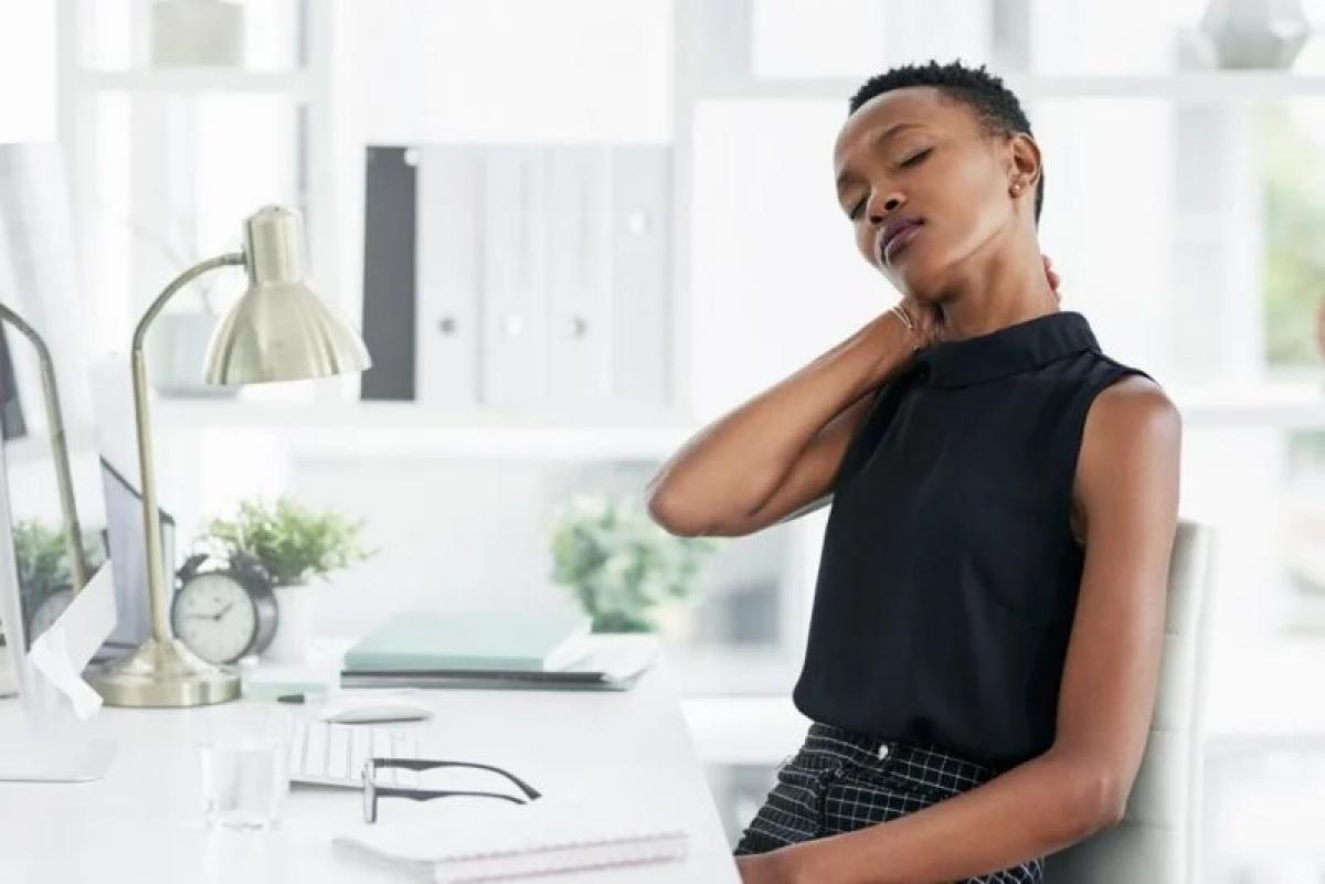 Đau vai gáy: Đôi khi, thoát vị đĩa đệm có thể đè lên dây thần kinh ở cổ, gây cơn đau ở gáy và vùng giữa hai vai. Cơn đau này thường lan xuống cả cánh tay và bàn tay.