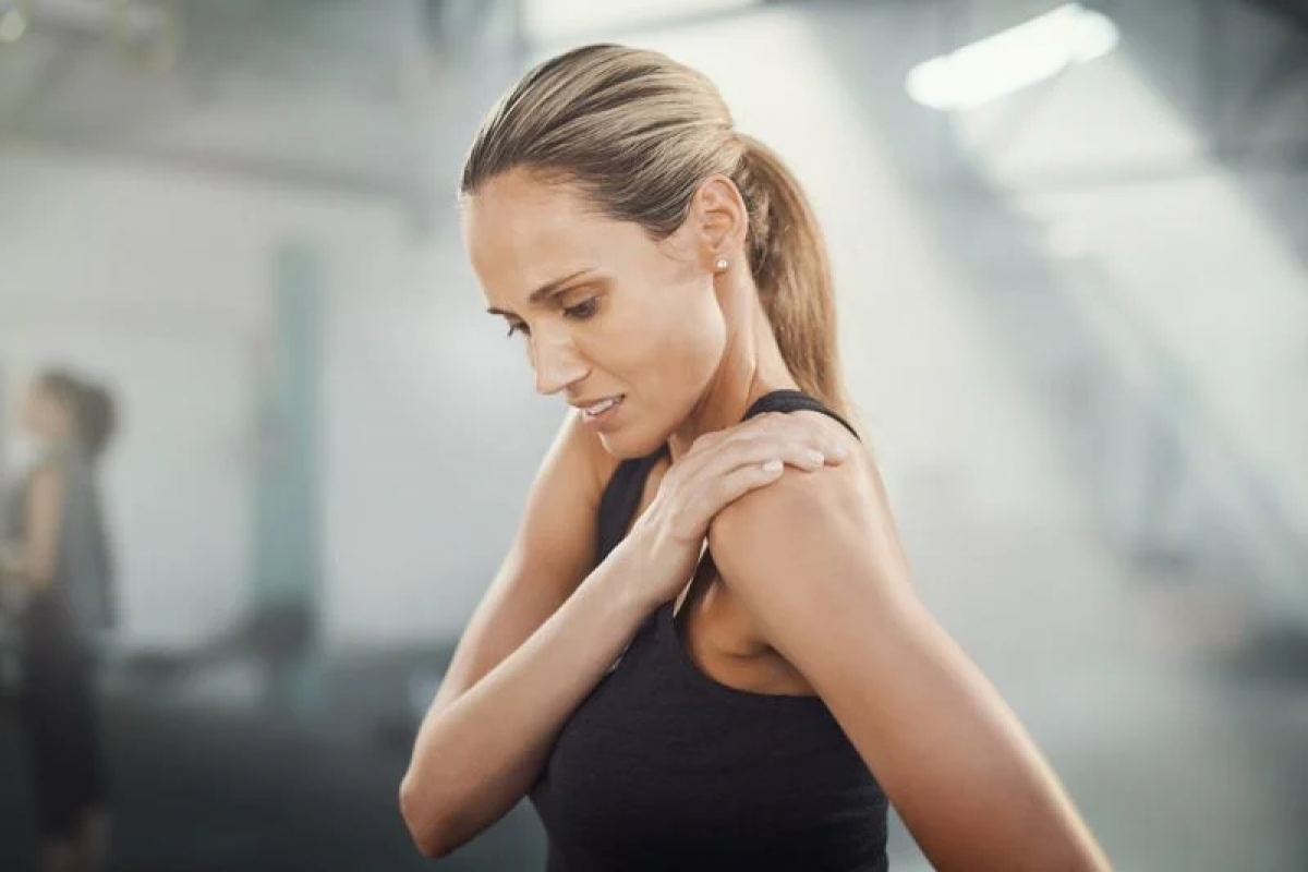 Cảm giác tê bì: Không chỉ gây đau đớn, việc dây thần kinh bị đè nén bởi đĩa trật còn có thể gây cảm giác tê bì, râm ran, ớn lạnh hoặc nóng rát ở khu vực bị ảnh hưởng. Giống như các triệu chứng khác, cảm giác tê bì có thể chạy dọc theo dây thần kinh bị đè.