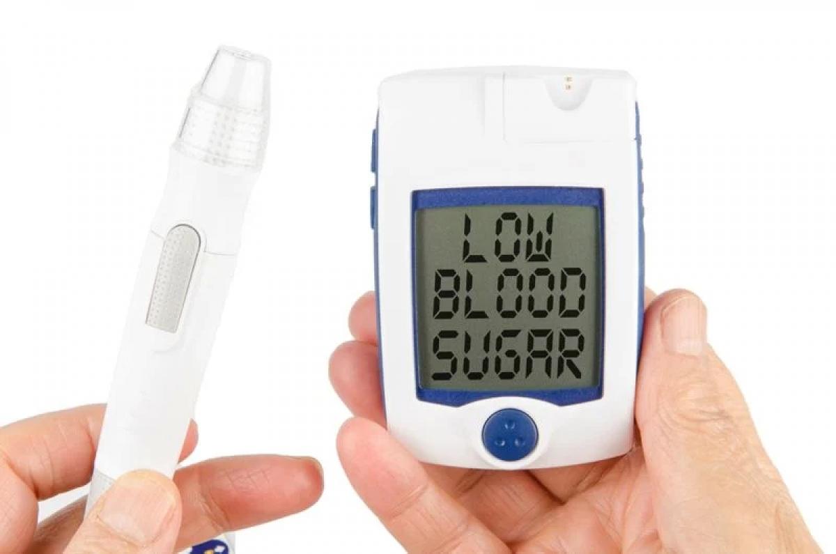 Hạ đường huyết: Hạ đường huyết cũng là một nguyên nhân phổ biến gây cảm giác chóng mặt, choáng váng. Khi mức đường huyết hạ xuống dưới 70mg/dL, bạn có thể cảm thấy chóng mặt, bủn rủn chân tay và vã mồ hôi.