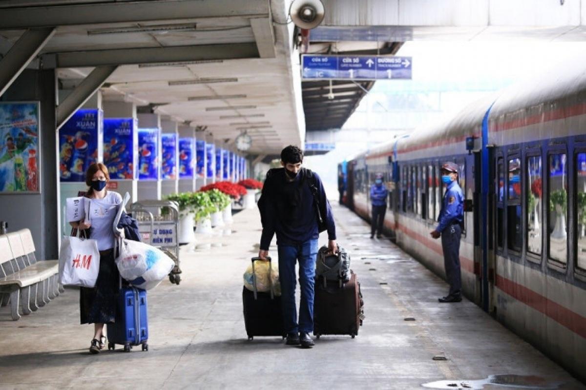Giá vé tàu hỏa tiếp tục giảm sâu để kích cầu đi lại của người dân về quê đón Tết Nguyên đán Tân Sửu 2021 trong bối cảnh dịch bệnh Covid-19 đang có diễn biến phức tạp.