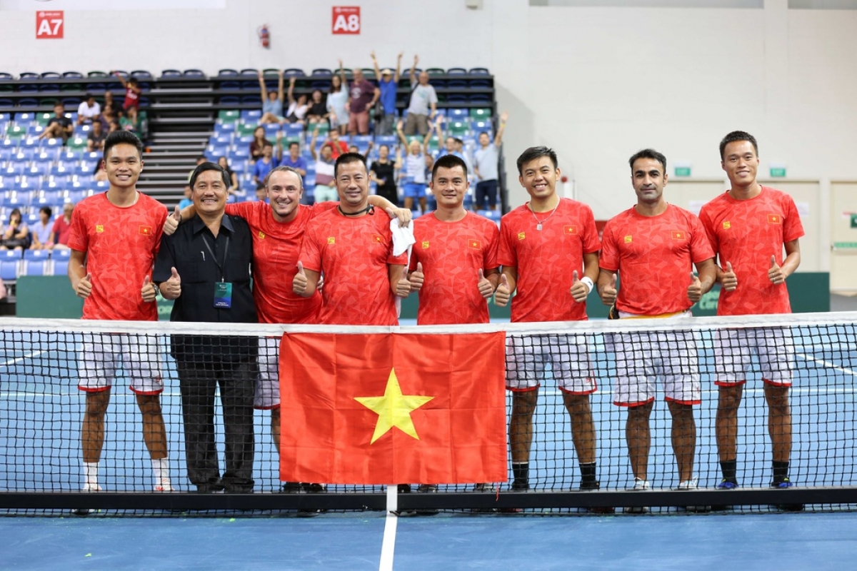 Ly Hoang Nam (sixth from left) in an international tennis tournament