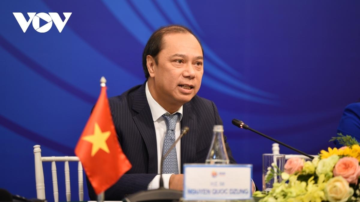 Thứ trưởng Ngoại giao Nguyễn Quốc Dũng - tác giả bài viết.