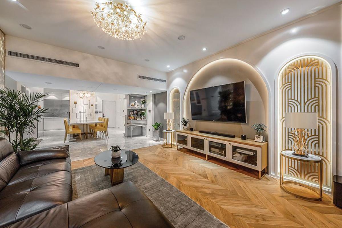 Căn hộ có diện tích rộng 125m2 với 3 phòng ngủ được thiết kế cải tạo nội thất dành cho gia đình với 5 thành viên (trong đó có 3 con nhỏ). Chủ nhà thích phong cách hiện đại nhưng không quá đơn giản. Vì thế, nhóm thiết kế đã đề ra ý tưởng một phong cách đương đại, kết hợp những chi tiết duyên dáng của cảm hứng Tân cổ điển cho căn hộ.