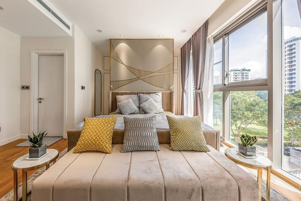 Phòng ngủ chính được cải tạo kết hợp từ hai phòng ngủ nhỏ ban đầu. Vách đầu giường được trang trí với những họa tiết cong uốn lượn.