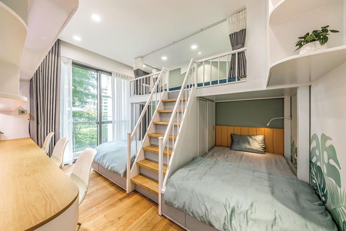 Phòng ngủ còn lại dành cho 3 con. Với giải pháp giường tầng liên hoàn, không gian được kiến tạo hợp lý và tiết kiệm diện tích. Các con đang tuổi lớn nên thiết kế đón trước những sở thích và tâm lý, không làm theo lối quá trẻ con và lạm dụng sắc màu.