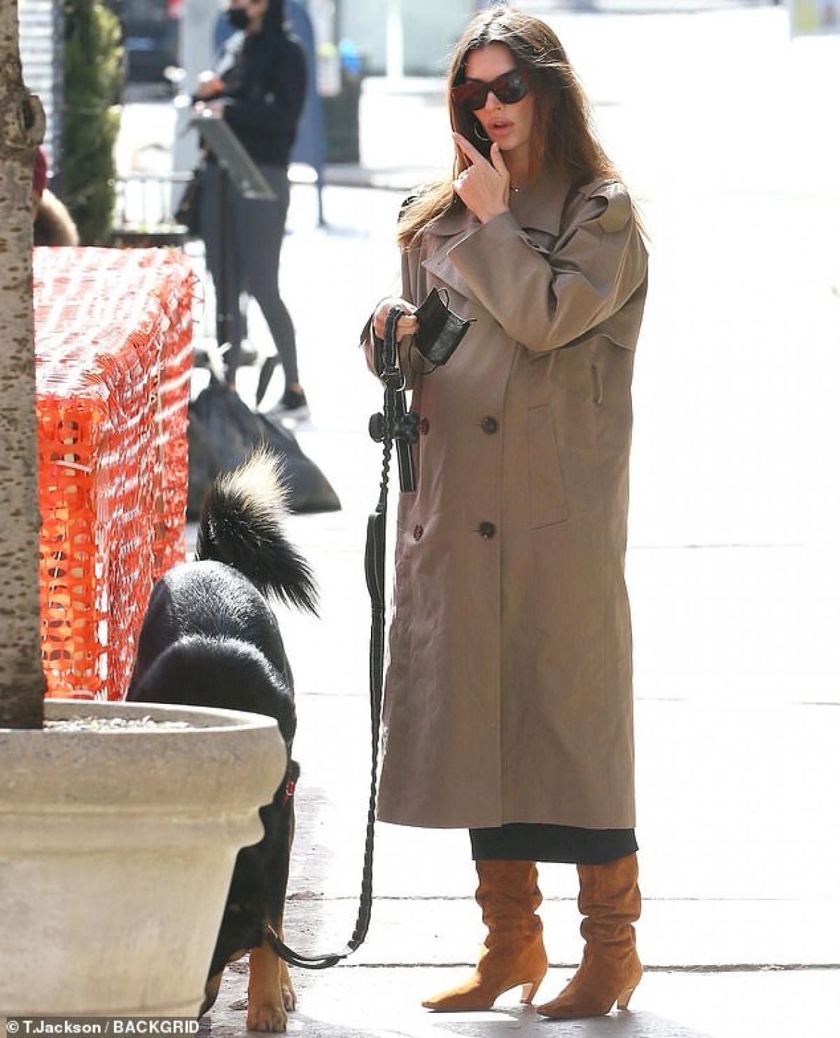 Emily Ratajkowski vui vẻ dắt thú cưng đi dạo phố ở New York hôm 26/2.