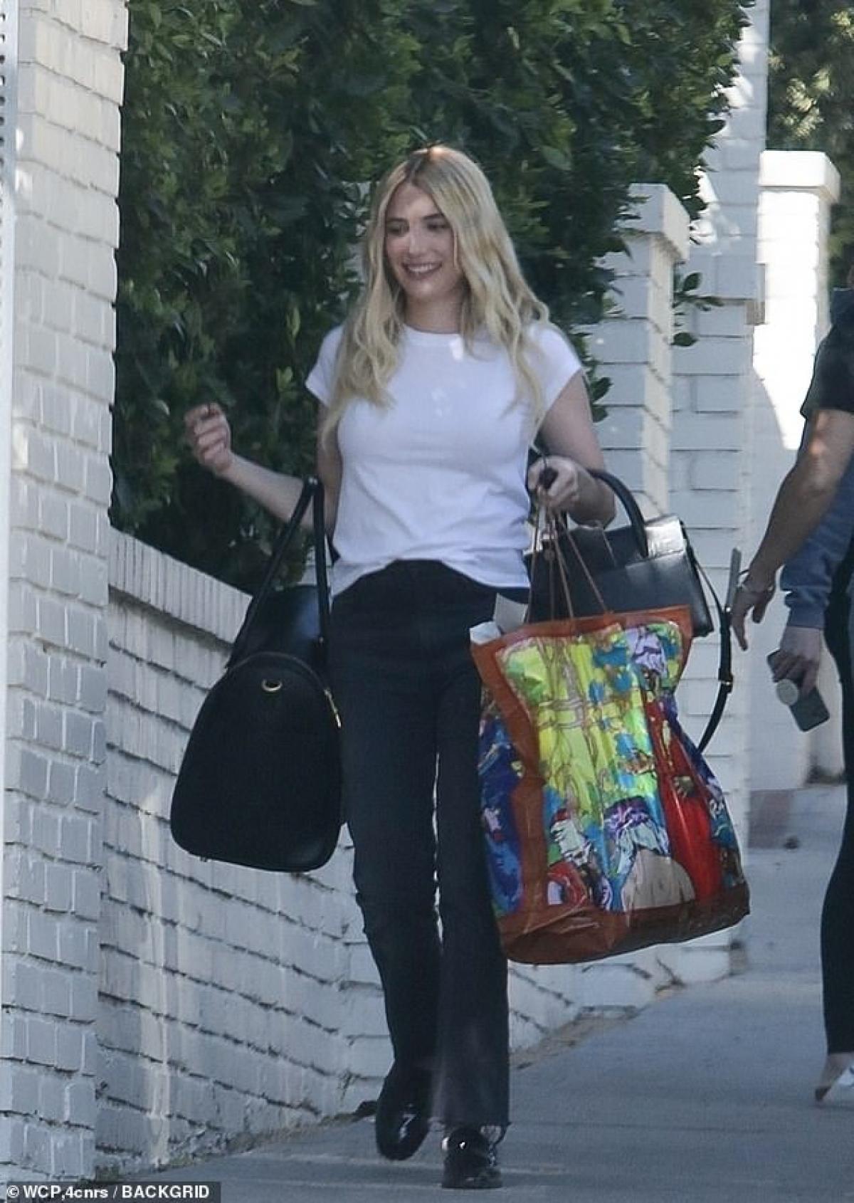 Nữ diễn viên mặc áo phông và quần jeans khỏe khoắn, năng động.