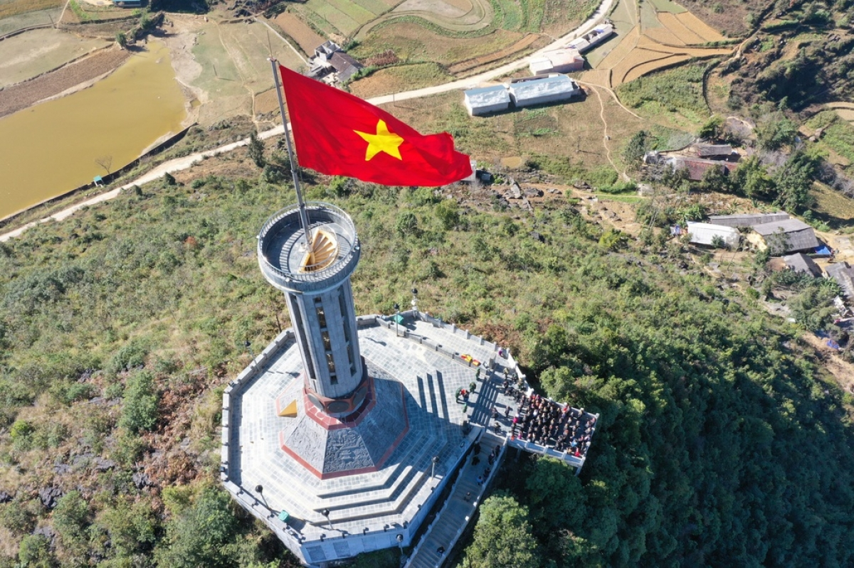 Lung Cu Flag Tower is a leading check-in spot located in the northern mountainous province of Ha Giang. The relic site consists of a 30-metre-tall tower topped with a large 54-square-metre Vietnamese flag which can be found on the summit of Lung Cu Peak. (Photo: Duy Hieu)