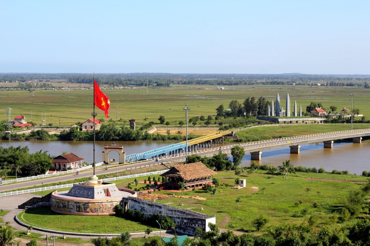 Hien Luong tower stands at a height of 38 metres on the northern bank of the Ben Hai river in the central province of Quang Tri. (Photo: Phongnha Explorer)