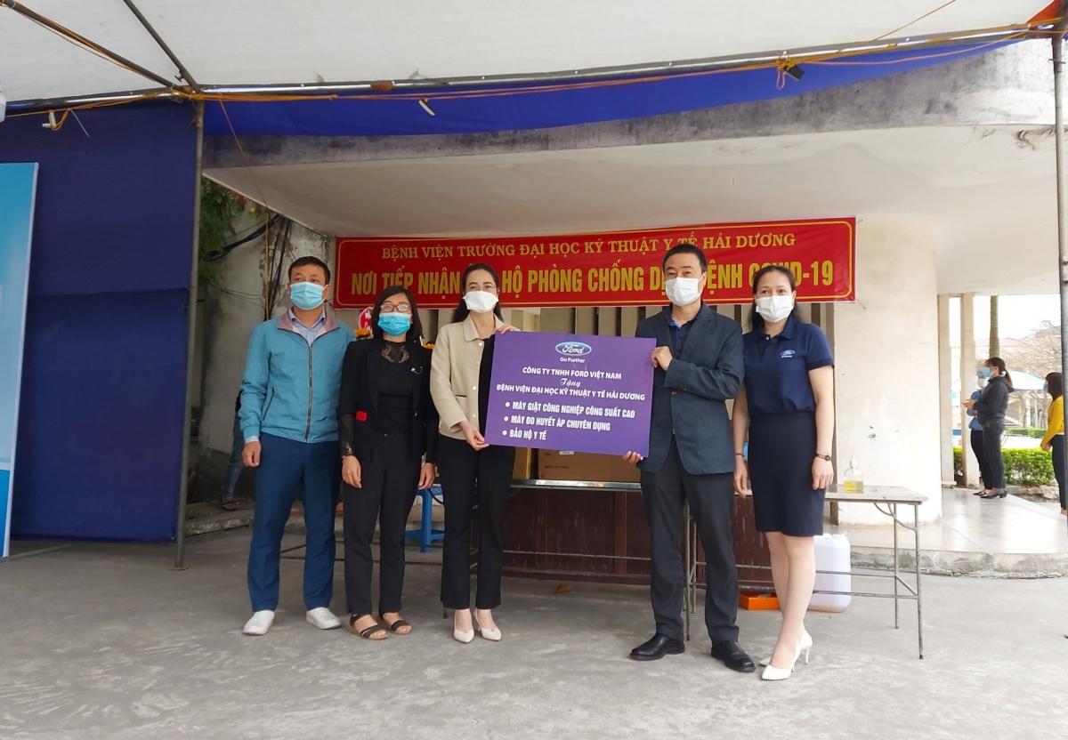 Đại diện Ford Việt Nam trao tặng quà hỗ trợ chống dịch COVID-19.