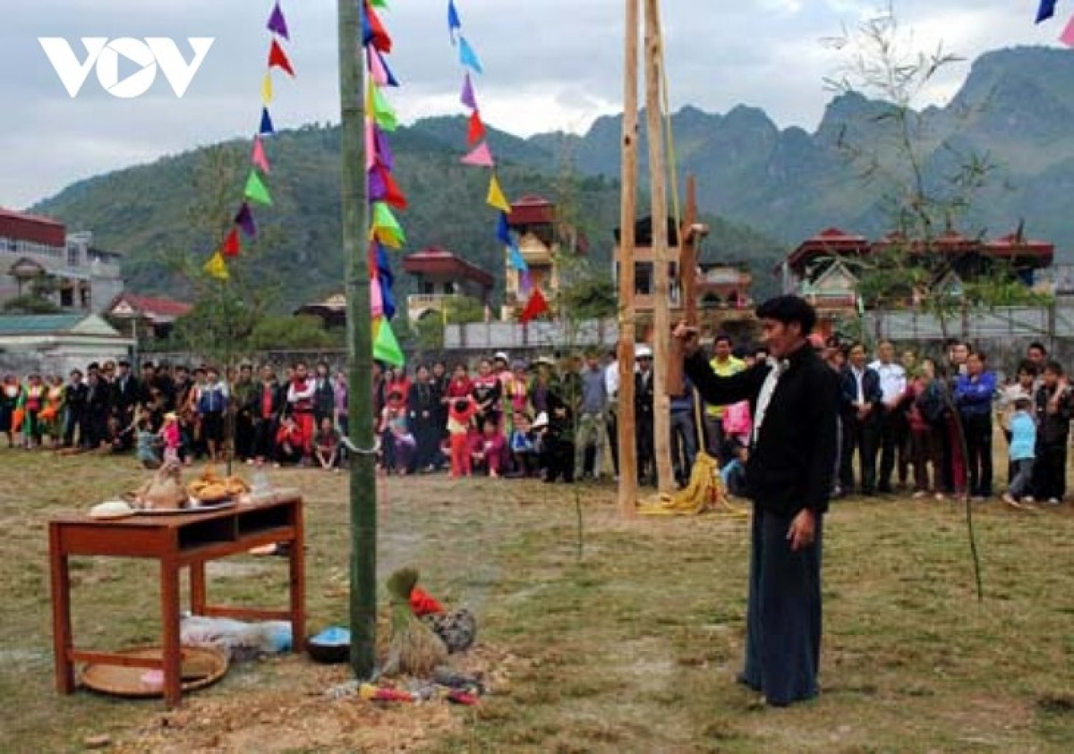 A village chief conducts the Neu pole erecting ritual.