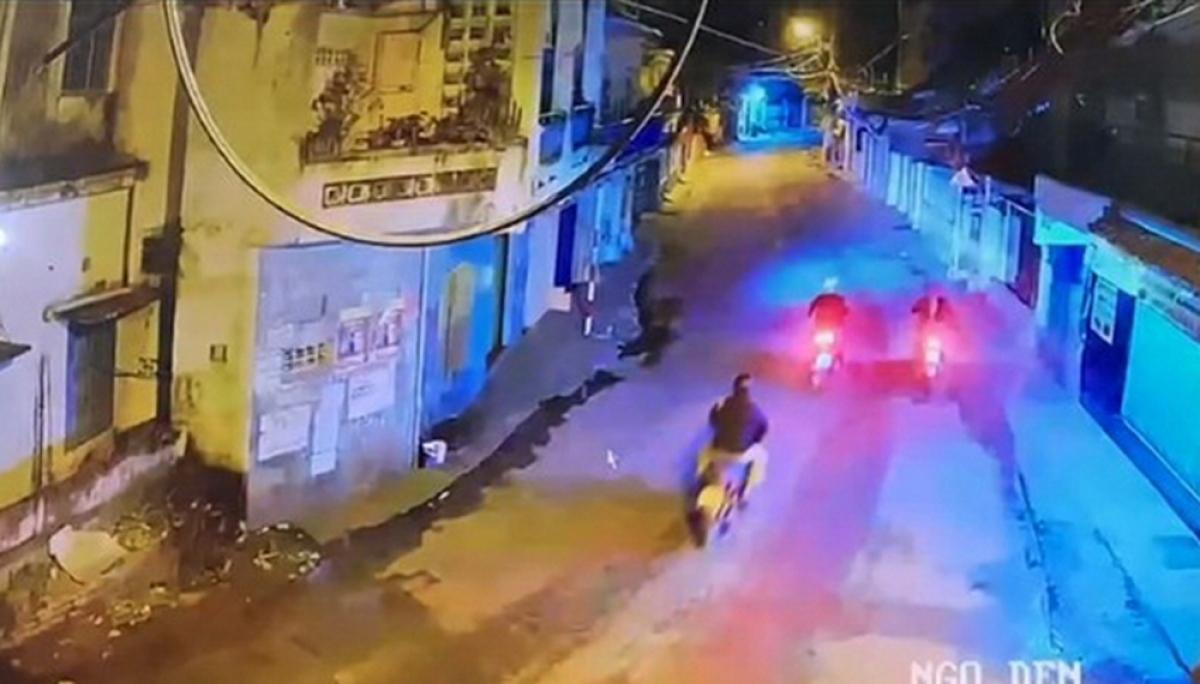 Nạn nhân mặc áo màu đen, đi xe máy phía sau 2 nghi can.