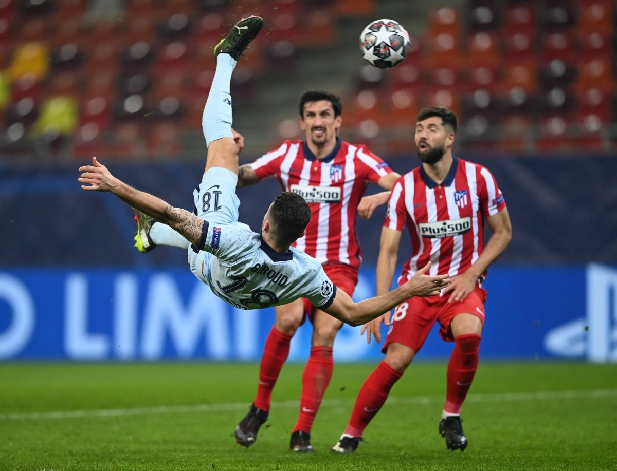 Giroud ghi bàn thắng rất đẹp mắt vào lưới Atletico Madrid (Ảnh: Getty).