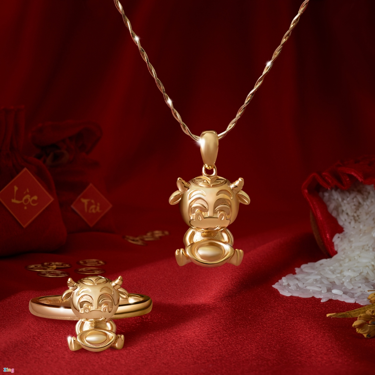 A collection of 18k gold items sends a message of happiness, peace, and wealth. Necklaces are priced at VND6 million each, whilst rings are valued at VND8 million each.