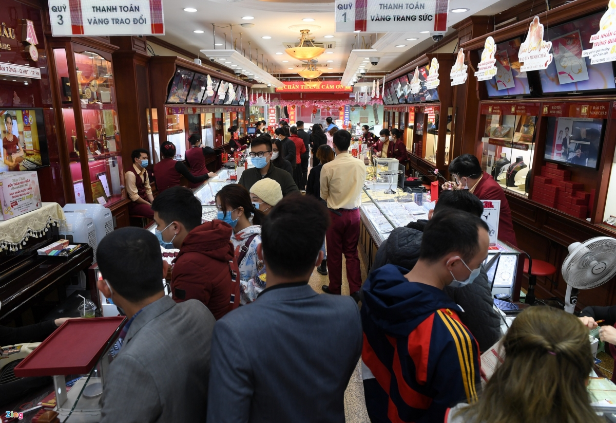 Bao Tin Minh Chau gold shops in Hanoi have witnessed a huge influx of customers since February 17 ahead of God of Wealth Day.