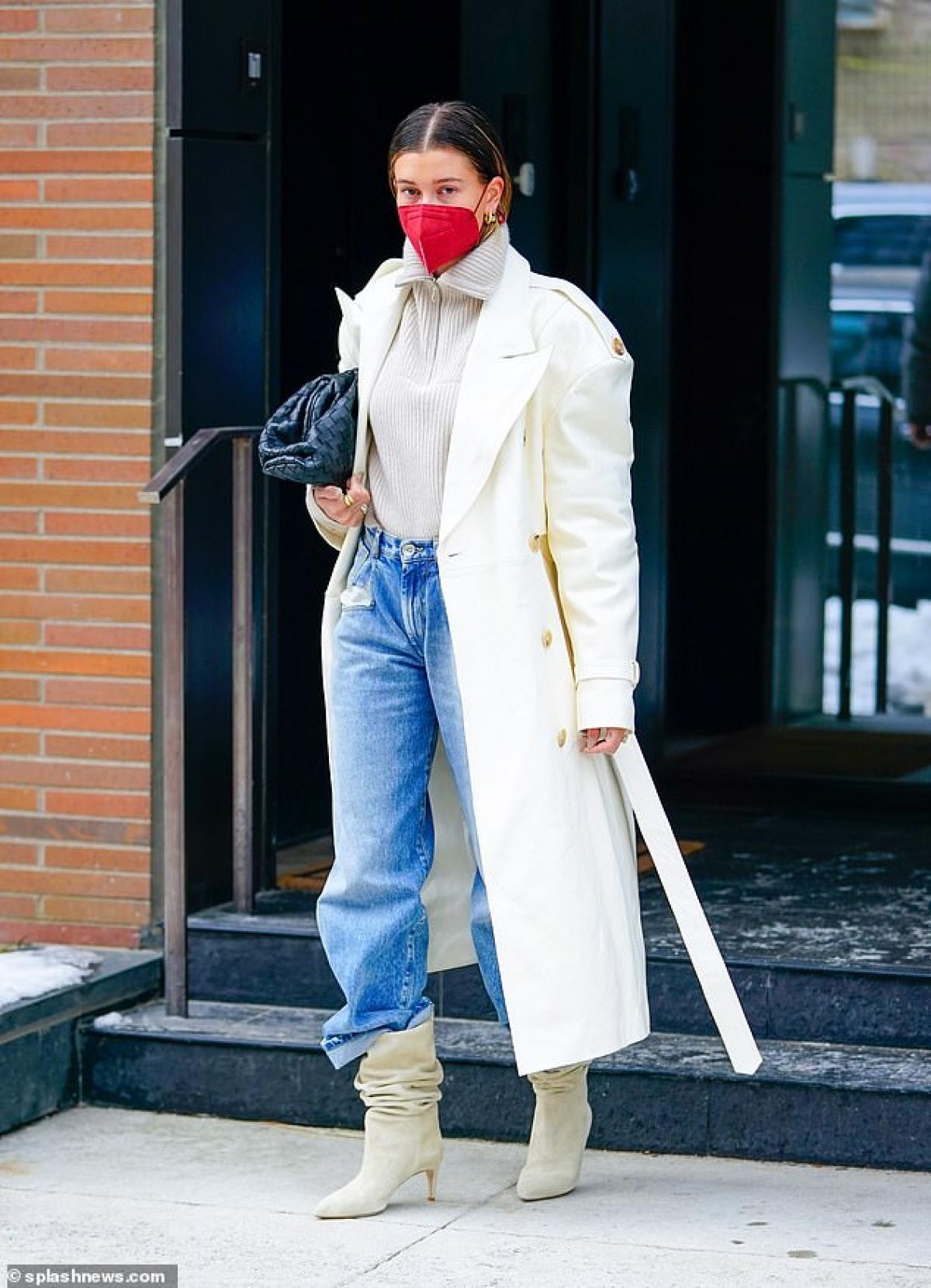 Hailey Baldwin lên đồ sang chảnh đi chơi ở New York hôm 23/2.