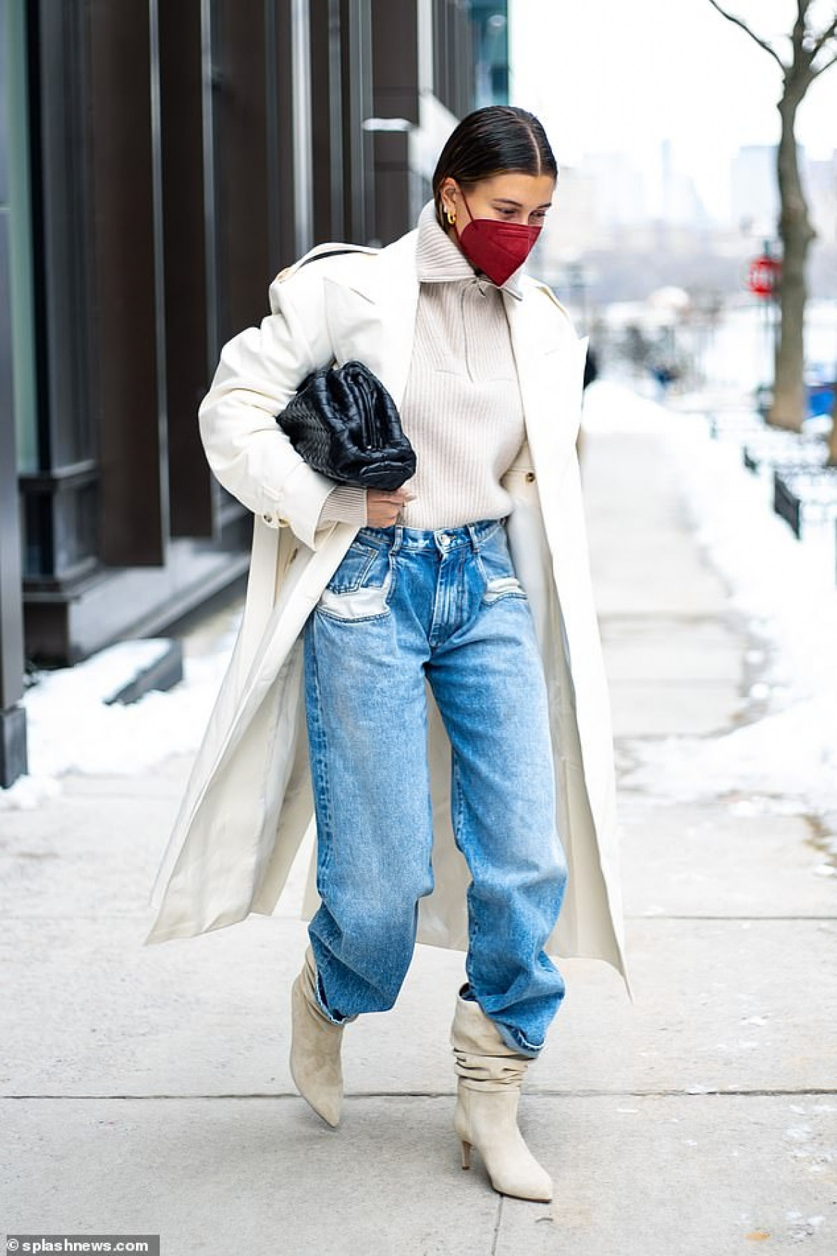 Cựu người mẫu Mỹ diện áo khoác dáng dài và quần jeans khỏe khoắn, sành điệu.