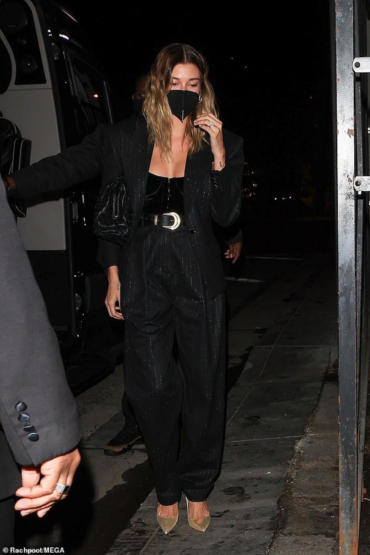 Cựu người mẫu Mỹ diện trang phục suit thanh lịch nhưng không kém phần gợi cảm.