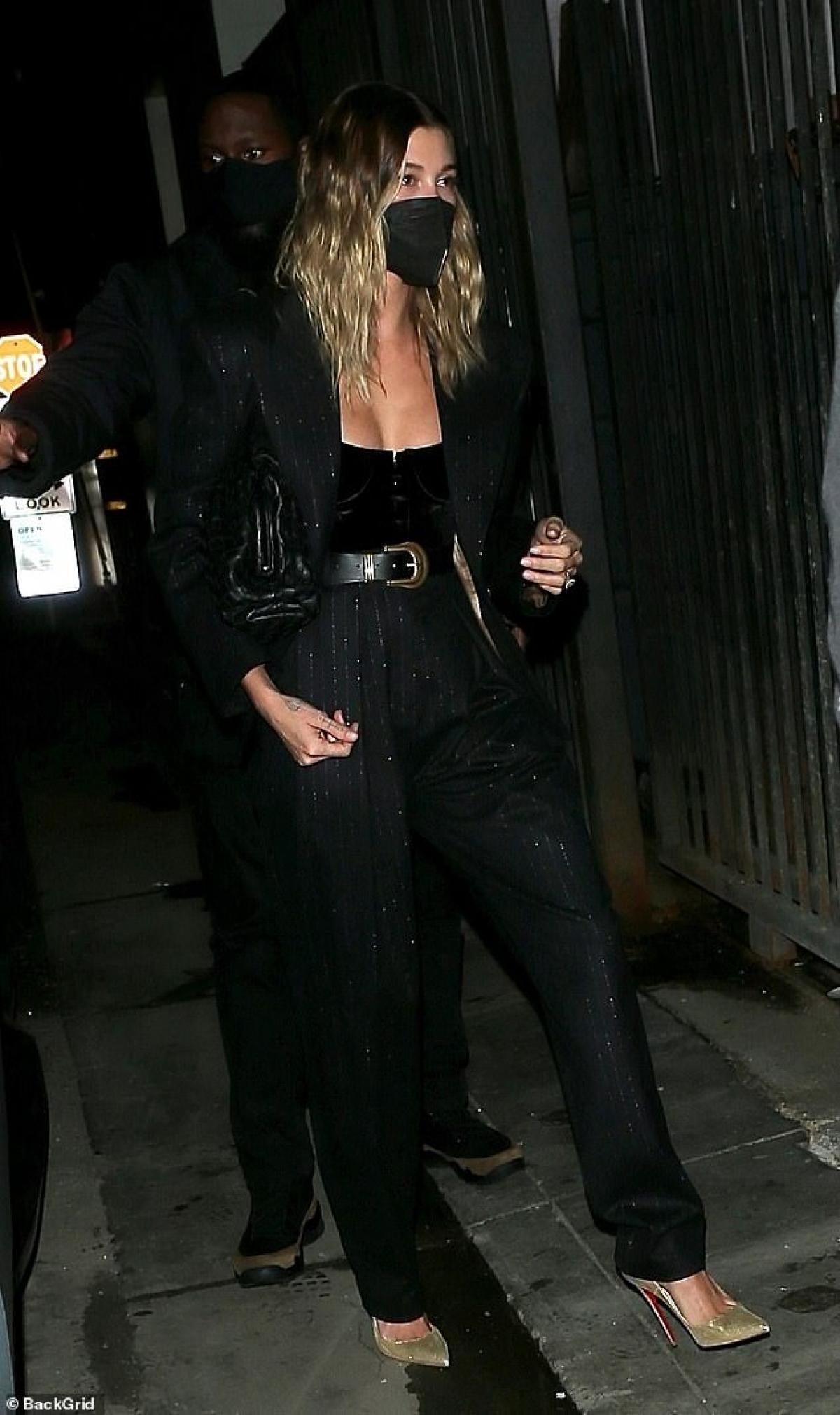 Bà xã Justin Bieber vẫn đeo khẩu trang cẩn thận để bảo vệ mình và cộng đồng trong thời điểm dịch bệnh.