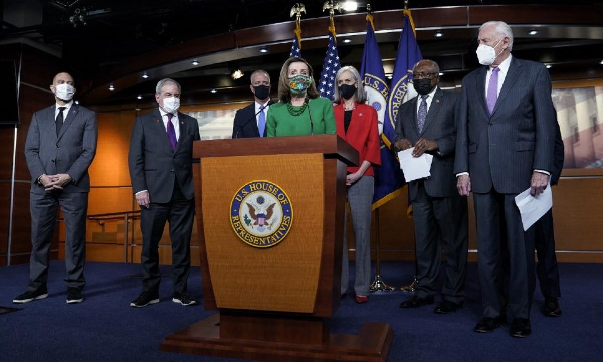 Chủ tịch Hạ viện Nancy Pelosi (áo xanh) họp báo trước cuộc bỏ phiếu tối 26/2. Ảnh:AFP.