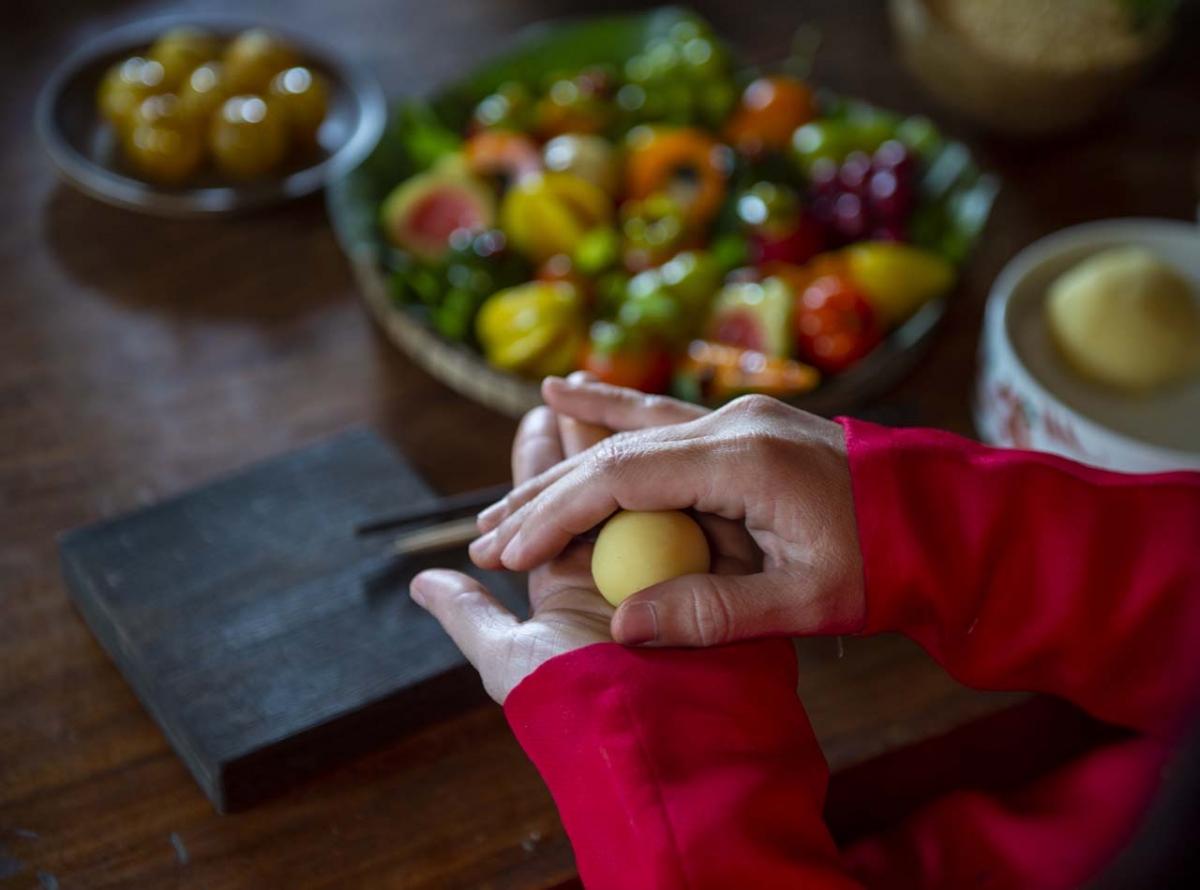 Nguyên liệu tuy đơn giản nhưng phải được lựa chọn kỹ càng để thể hiện đúng chất Cung đình của món bánh. Đậu xanh phải lựa chọn loại mềm mịn, thơm nhẹ, loại bỏ hạt sâu.
