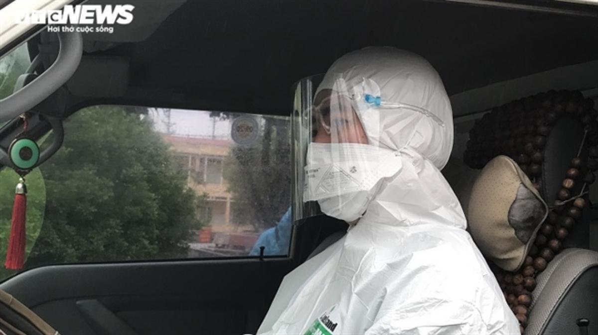 Ông Nguyễn Đăng Thu (41 tuổi, lái xe của Trung tâm Y tế TP Chí Linh) cho biết, từ khi COVID-19 bùng phát tại Chí Linh, bệnh viện đón những bệnh nhân dương tính để điều trị, ông đều tham gia. Mỗi ngày, ông ngồi trên xe 16-18 tiếng đồng hồ. Điều ông Thu mong mỏi nhất là dịch nhanh chóng qua, người dân trở lại cuộc sống bình thường.