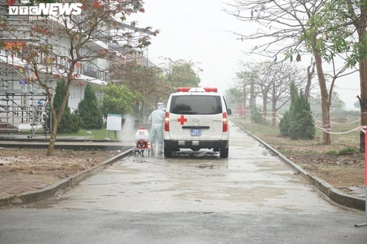 Khi tới Bệnh viện dã chiến số 3, các xe chở bệnh nhân tiếp tục được phun khử trùng để đảm bảo các yêu cầu phòng, chống dịch COVID-19.