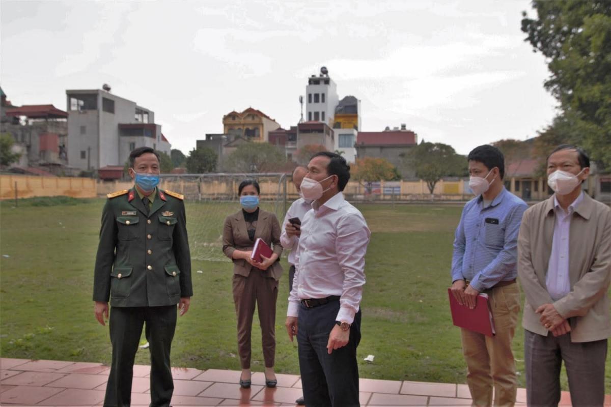 Ông Lưu Văn Bản khảo sát khu cách ly tại trường THPT Cẩm Giàng. (Ảnh: Bộ Y tế)
