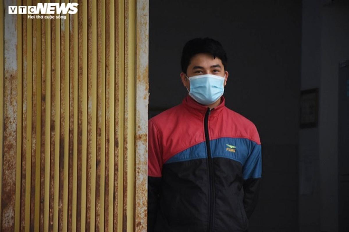 """Trả lời PV VTC News, anh Trần Văn Long (quê thị xã Kinh Môn, Hải Dương) cho biết, anh vào điều trị tại Bệnh viện dã chiến số 1 từ 1/2 và đã có kết quả âm tính lần 1 với virus SARS-CoV-2. """"Ở đây, tôi được các y, bác sĩ quan tâm, chăm sóc tận tình. Tôi đang đếm từng ngày để được trở về với gia đình. Tôi rất nhớ mọi người ở nhà"""", anh Long chia sẻ đã sẵn sàng cho những ngày điều trị tiếp theo tại Bệnh viện dã chiến số 3."""