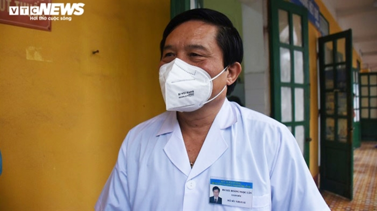 """Trả lời PV VTC News, ông Hoàng Ngọc Lân - Giám đốc Trung tâm Y tế TP Chí Linh cho hay: """"Chúng tôi sẽ cố gắng trong chiều nay (28/2) hoàn thành công tác chuyển bệnh nhân. Hôm nay cũng đánh dấu bước chuyển tiếp, chúng tôi đã hoàn thành sứ mệnh của mình để trở lại bình thường. Nhiệm vụ trọng tâm của Trung tâm Y tế TP Chí Linh là khám, chữa bệnh cho 170.000 người dân của thành phố. Chúng tôi sẽ mất 3-5 ngày để khử khuẩn và làm trong sạch môi trường bệnh viện"""", ông Lân thông tin."""