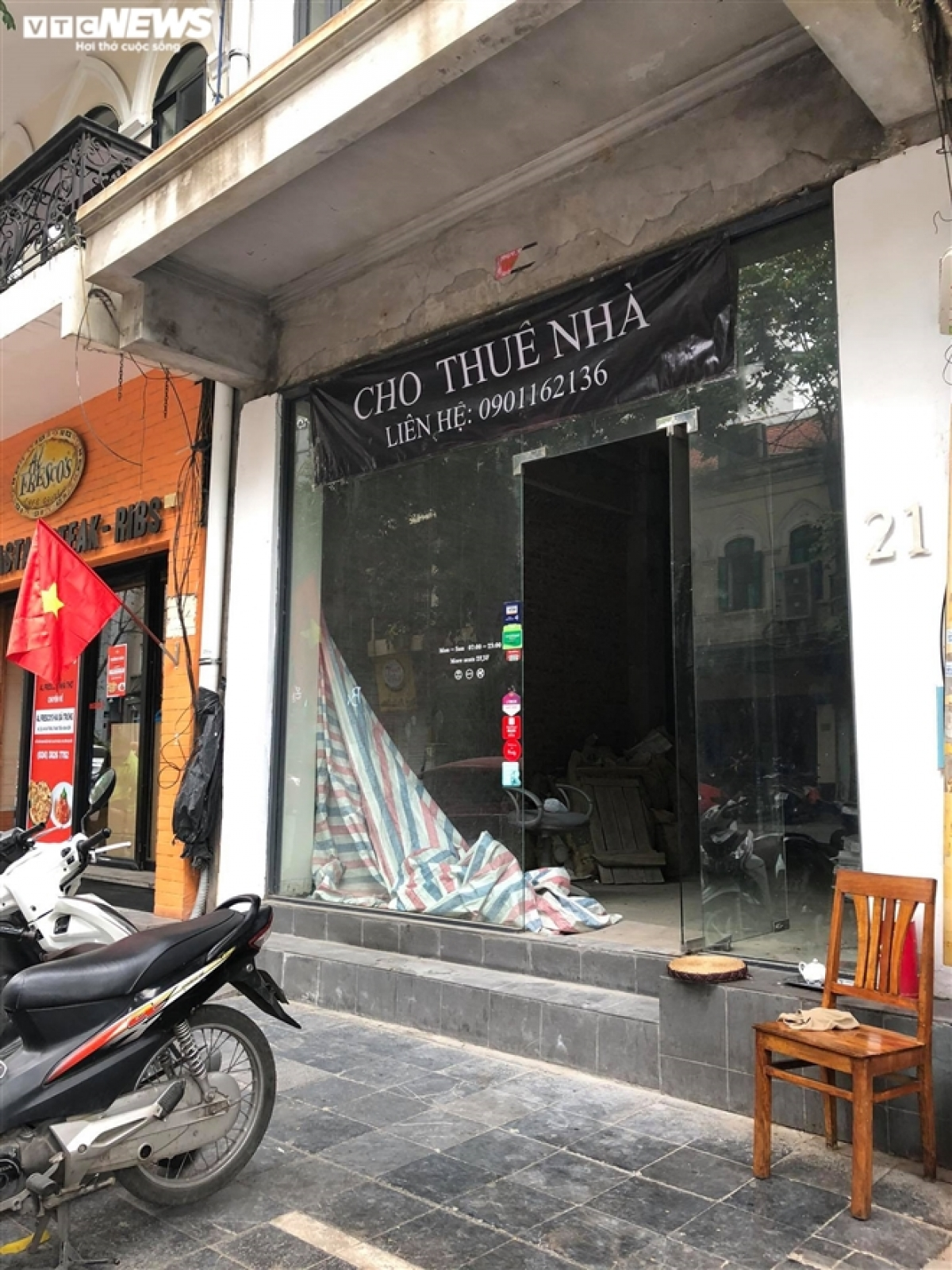 The impact of the COVID-19 pandemic forces a famous restaurant on Nha Tho street to close.
