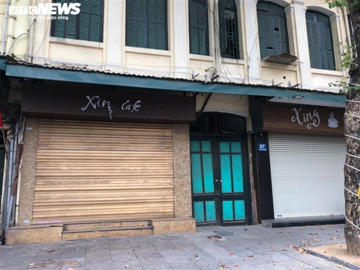Coffee shops close following a request by the administration of Hanoi regarding COVID-19 prevention and control measures.