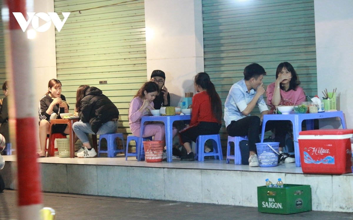 Some pavement eateries operating on Quang Trung street in Ha Dong district arrange tables on the sidewalk to welcome guests, despite local authorities warning them of the need to implement COVID-19 prevention and control measures.