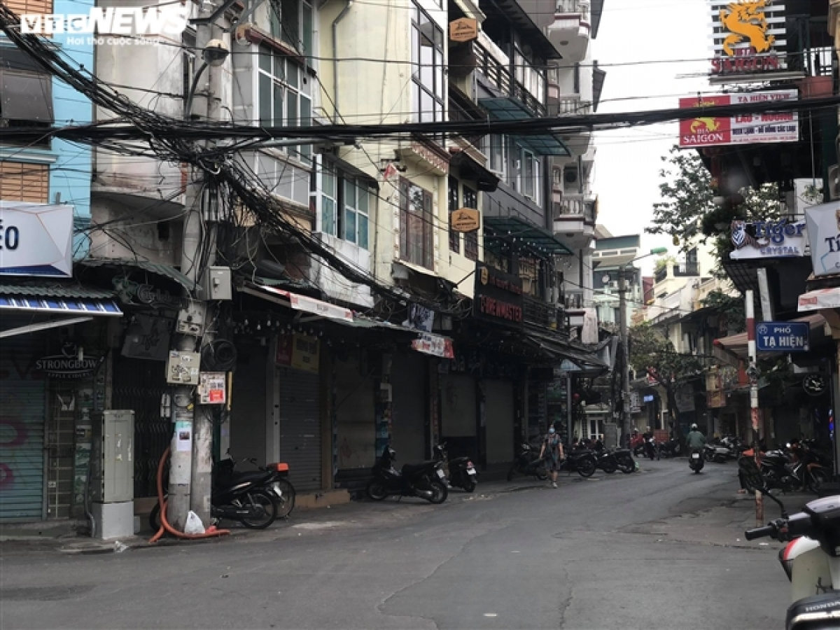 Usually a bustling hub in the heart of the Old Quarter,Ta Hien street is left almost entirely empty.