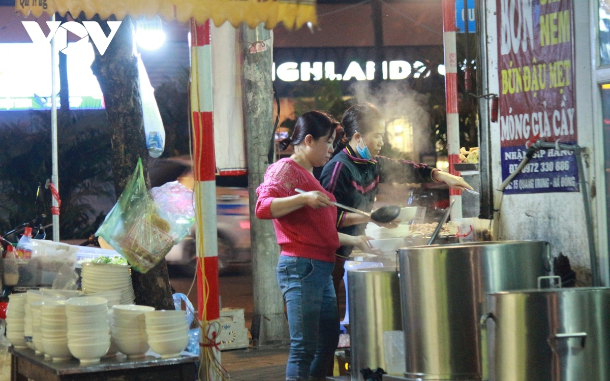 Sellers fail to wear face masks whilst serving customers.