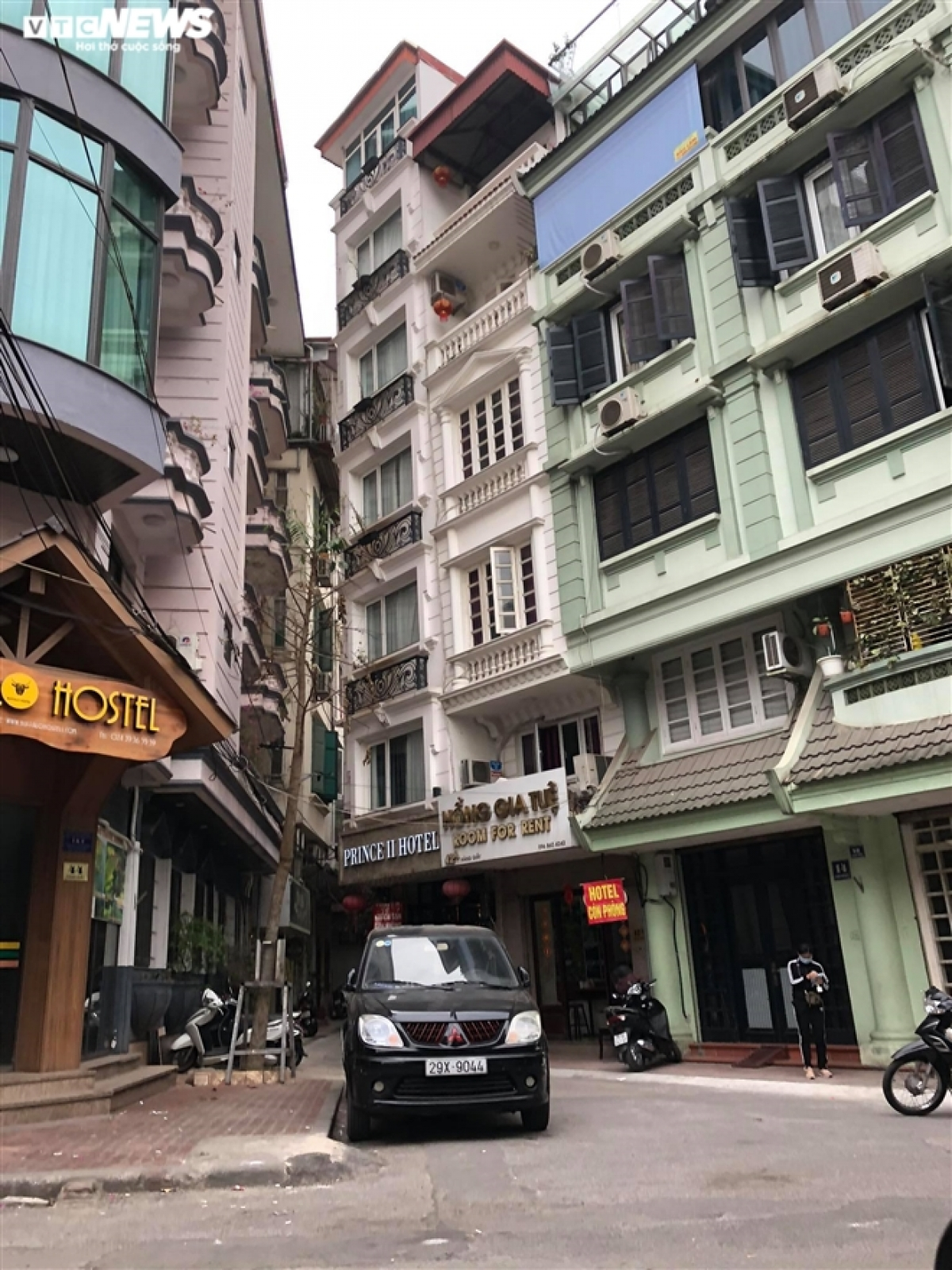 Hotels located Hang Giay street are left deserted. A hotel owner says that the majority of his customers are foreign visitors, with the sharp decrease of visitors coming from abroad resulting in heavy losses, meaning he now intends to close his hotel.