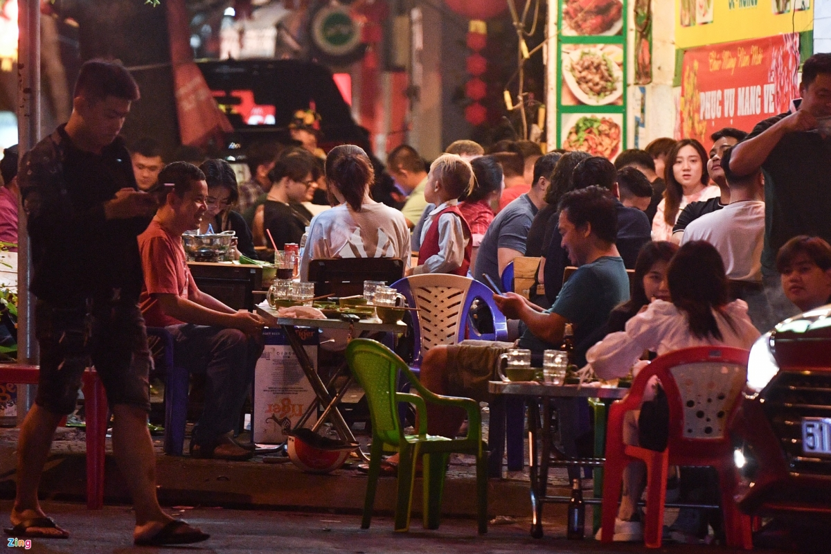 A similar situation can be seen at a restaurant on Truong Sa street which is packed with dozens of people. In addition, customers fail to wear face masks, use hand sanitizer, or maintain a two-metre distance to curb the spread of the COVID-19 pandemic.