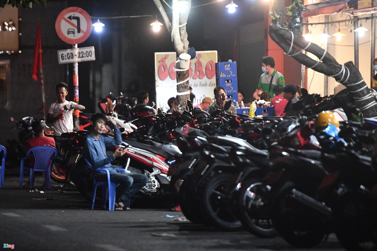 Dozens of motorbikes can be seen parked in front of a restaurant on Phan Xich Long street at 11 p.m. on February 16.