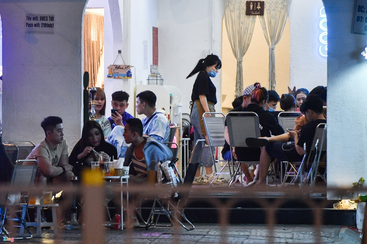 A coffee shop based on Nguyen Trai street remains crowded at midnight on February 16, with the majority of customers being young people. As of February 16, Ho Chi Minh City has recorded 36 positive COVID-19 cases, with outbreaks occurring at Tan Son Nhat International Airport.