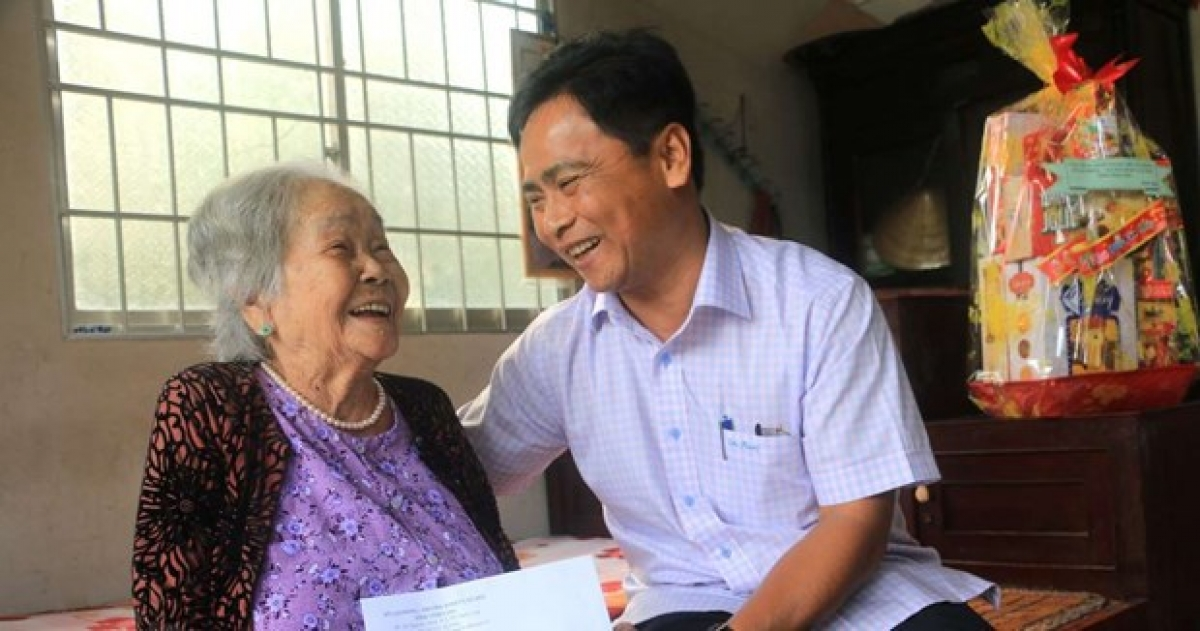 Director of the Department of Labour, Invalids and Social Affairs of Vinh Long province Vo Van Tam delivers Tet greetings and presents Tet gift to heroic mother Nguyen Kim Hao in Tam Binh district.