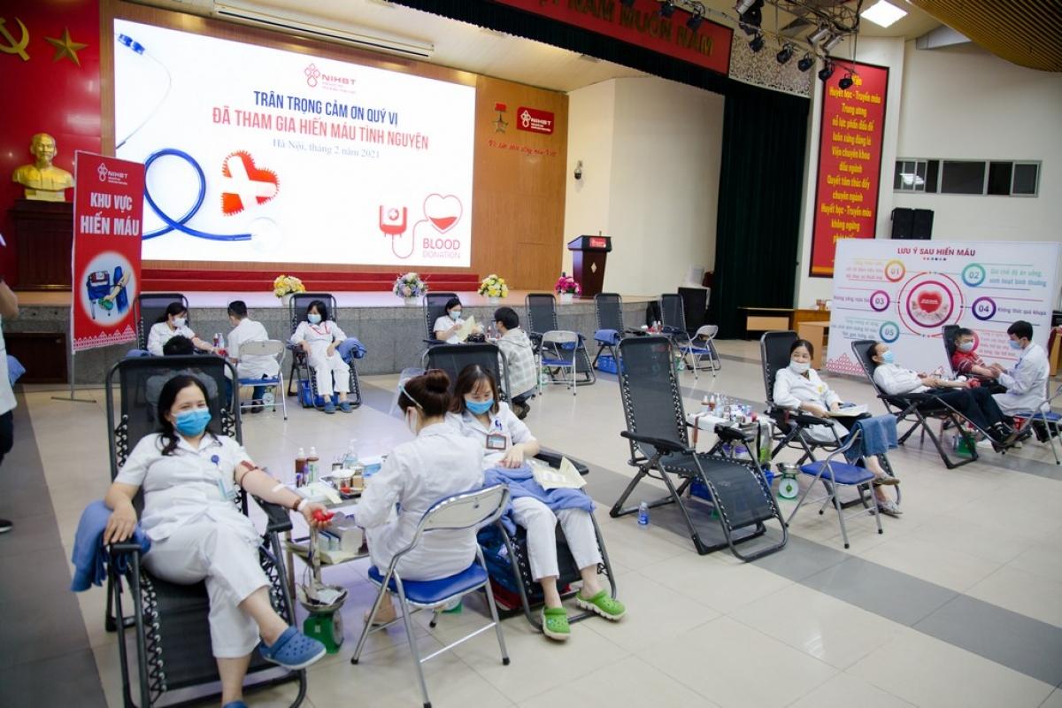 Nhân viên y tế tham gia hiến máu. (Ảnh: Công Thắng)
