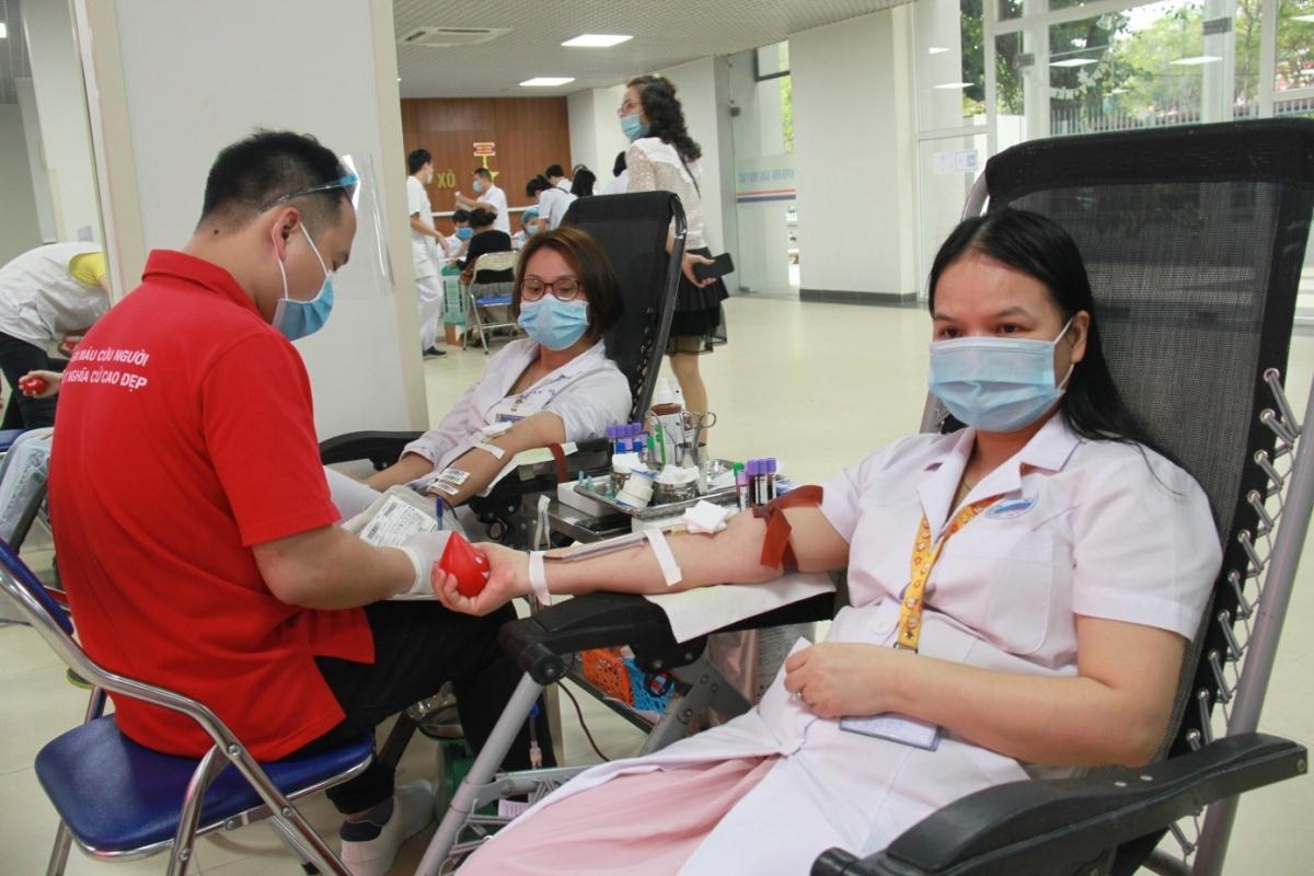 Cán bộ y tế nên là những người tiên phong tham gia hiến máu giúp ích cho người bệnh, xã hội.
