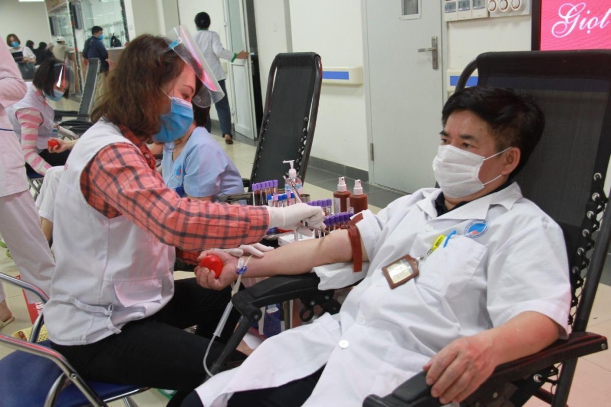 Cán bộ, nhân viên y tế Bệnh viện Hữu nghị tham gia hiến máu.