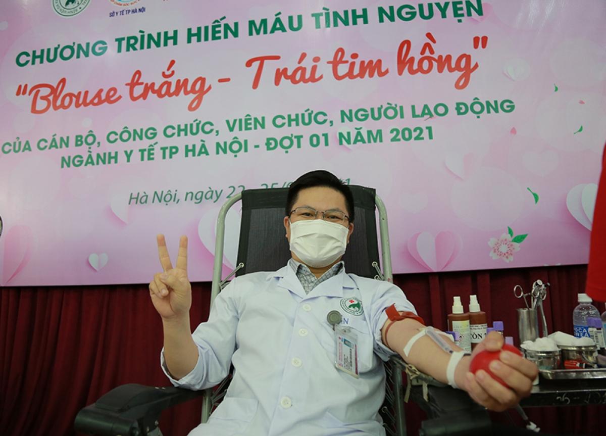 BS Trần Minh Tân, Khoa Cấp cứu Bệnh viện Đa khoa Đức Giang tham gia hiến máu.