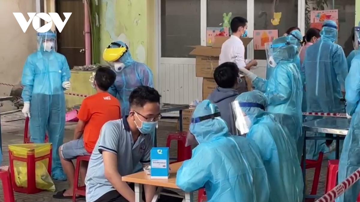 Hà Nội lấy mẫu xét nghiệm cho những người đi về từ vùng dịch.