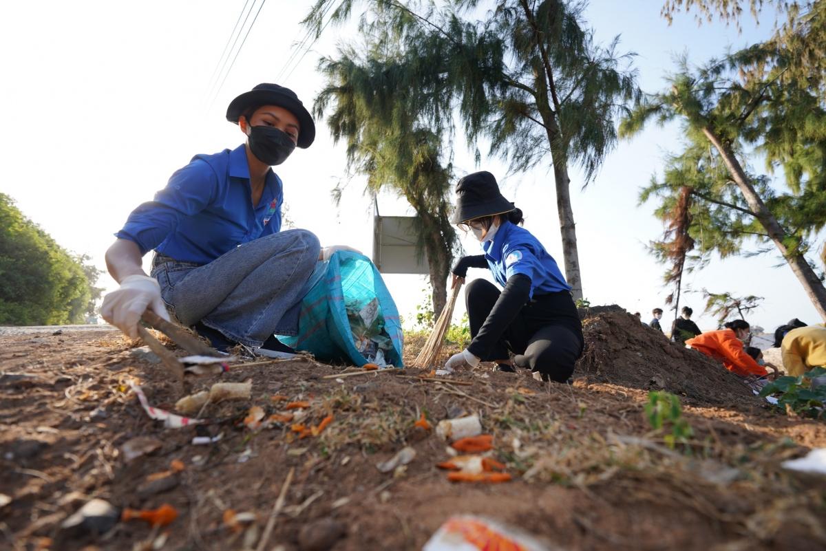Nhân chuyến công tác đầu năm mới, Hoa hậu H'Hen Niê đã cùng thanh thiếu niên tại đảo Phú quý (Bình Thuận) tham gia hoạt động vệ sinh môi trường biển.